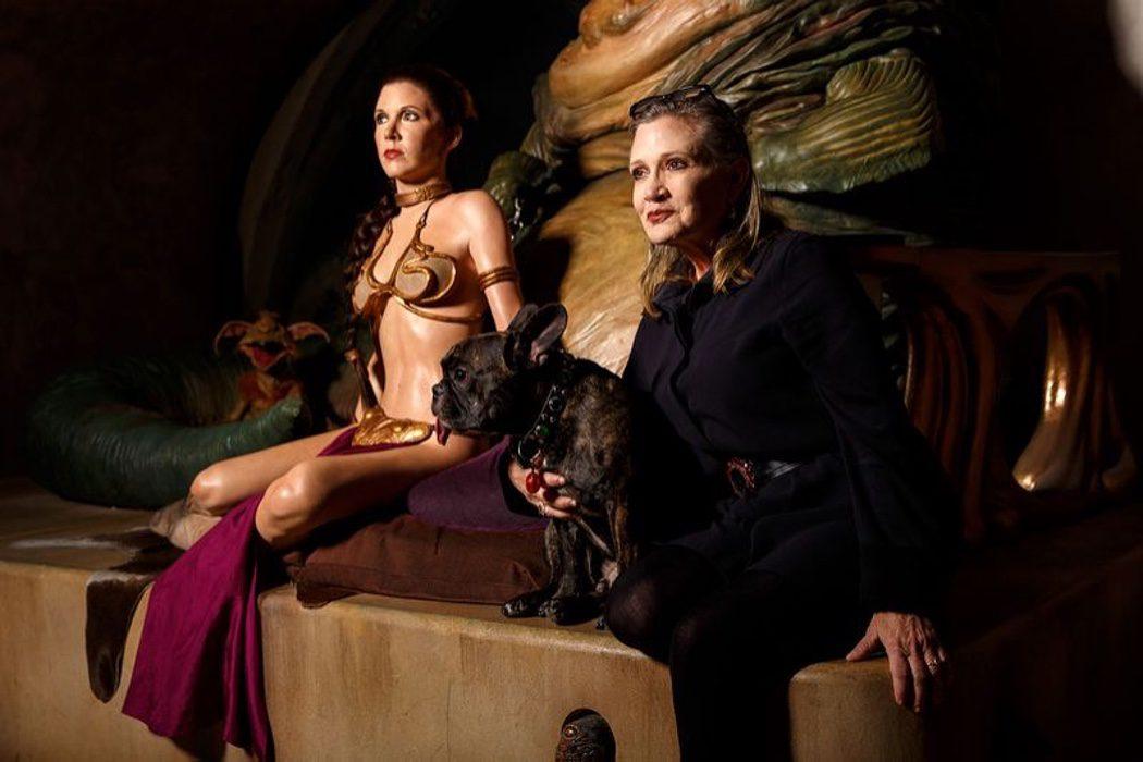 Carrie Fisher posa junto a su perro Gary y la Princesa Leia