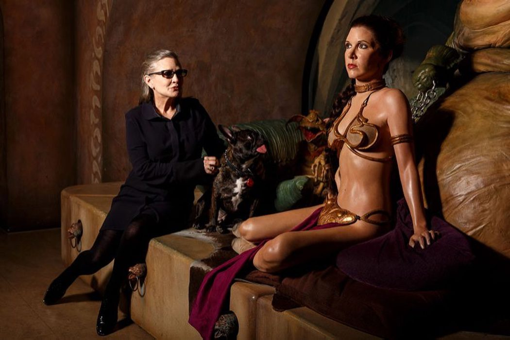 Carrie Fisher sigue sin perder la elegancia