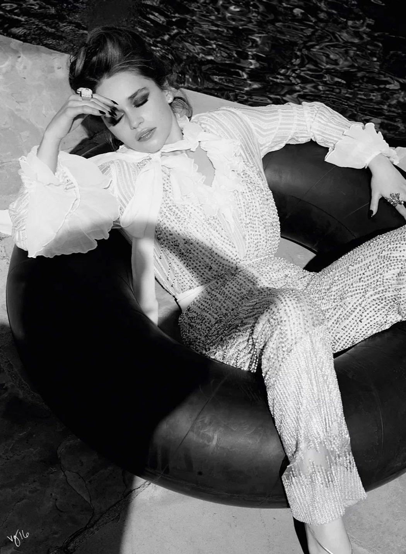 Emilia Clarke muy sexy posa para una sesión de Violet Grey