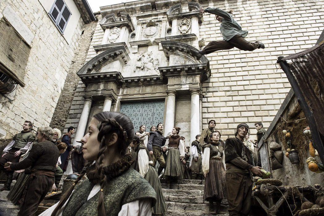 Arya salta desde una escalera