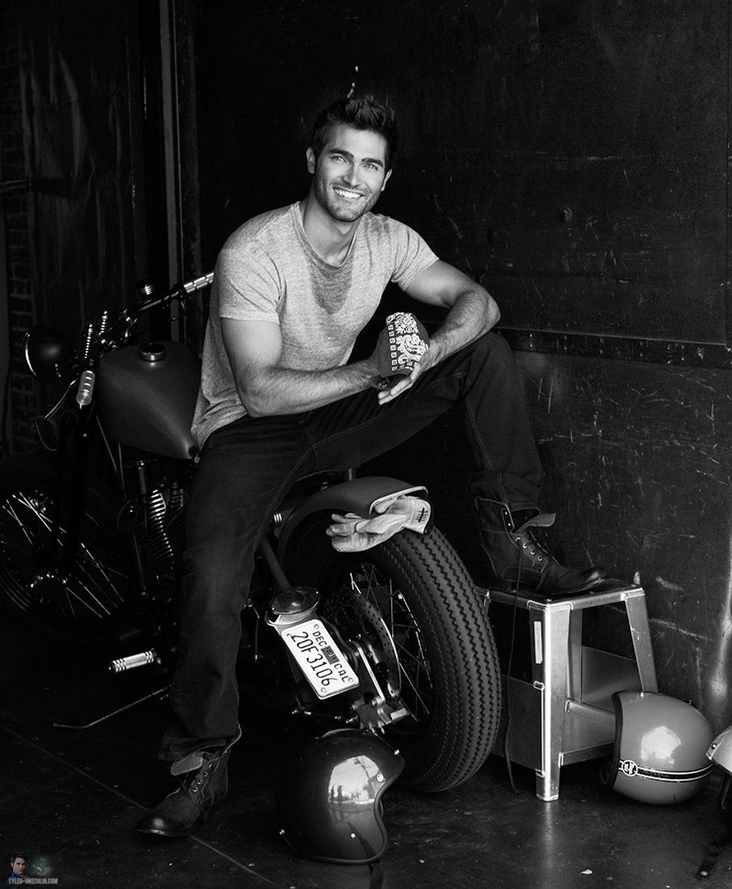 Tyler Hoechlin subido en una moto sonríe