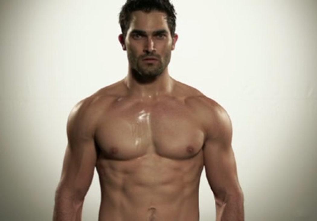 Tyler Hoechlin marcando músculos