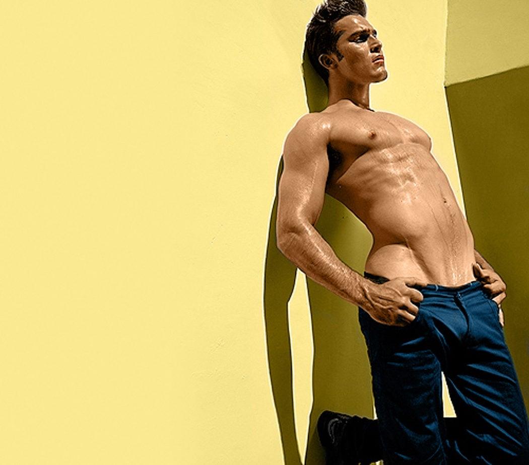 Tyler Hoechlin sin camiseta en una sesión de fotos