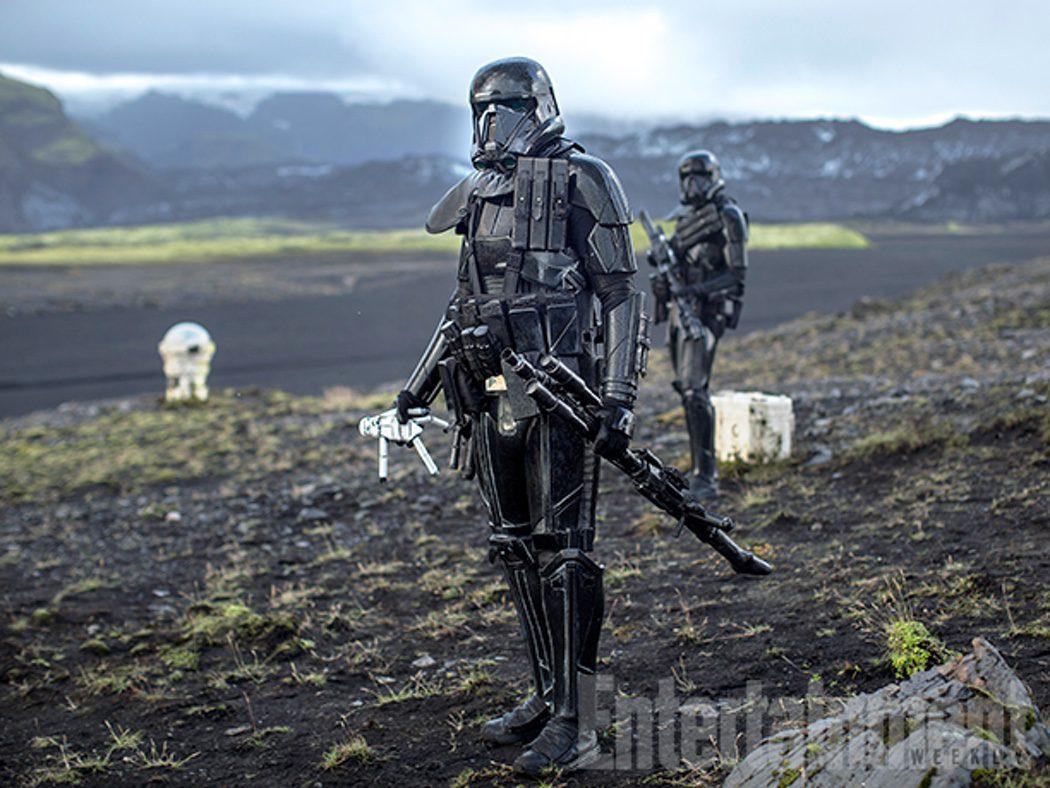 Un soldado de las Tropas de la Muerte y la muñeca en 'Rogue One'