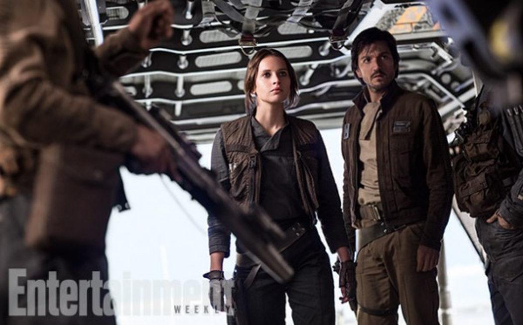 Felicity Jones como Jyn Erso y Diego Luna como el Capitán Cassian Andor