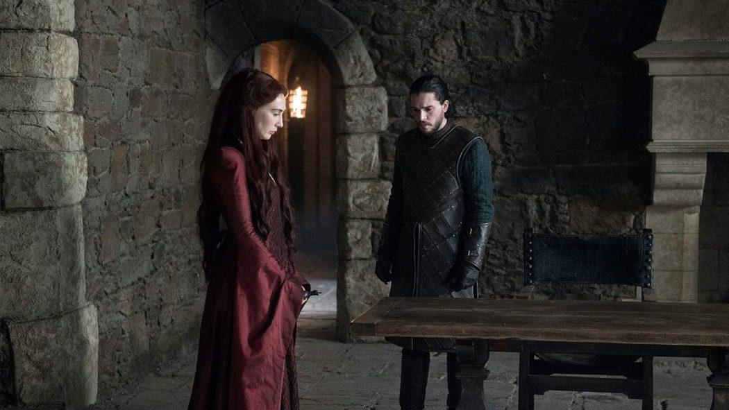 Melisandre y Jon Nieve hablando