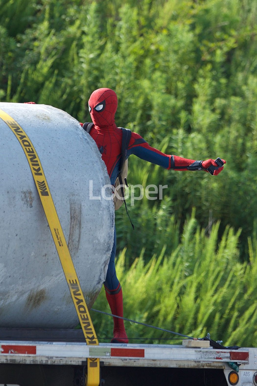 Tom Holland caracterizado como Spider-Man