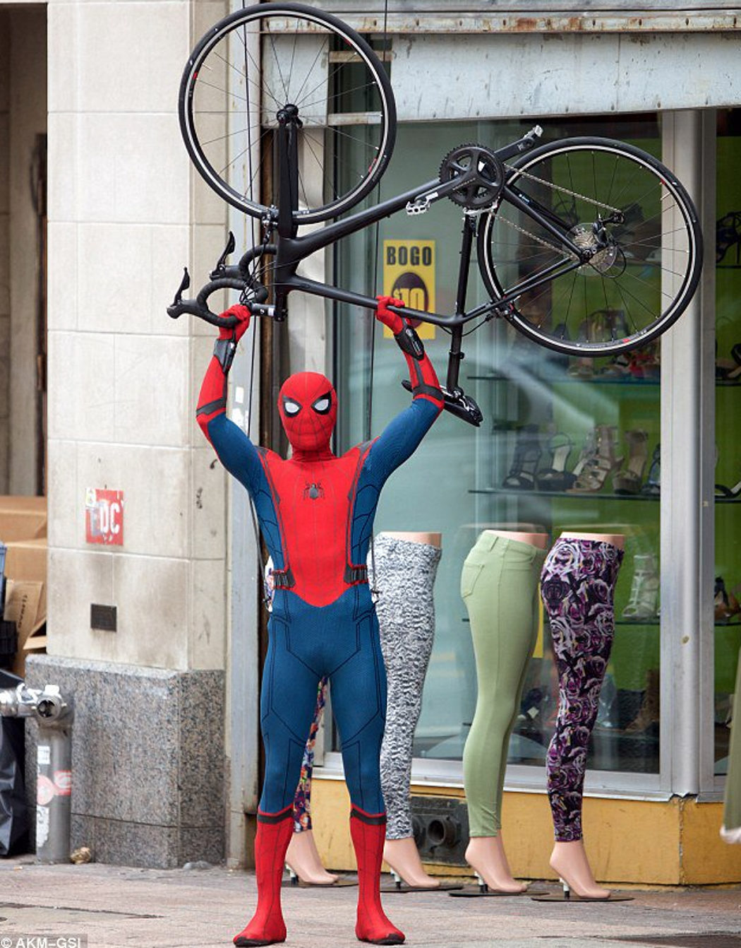 Tom Holland levanta una bicicleta