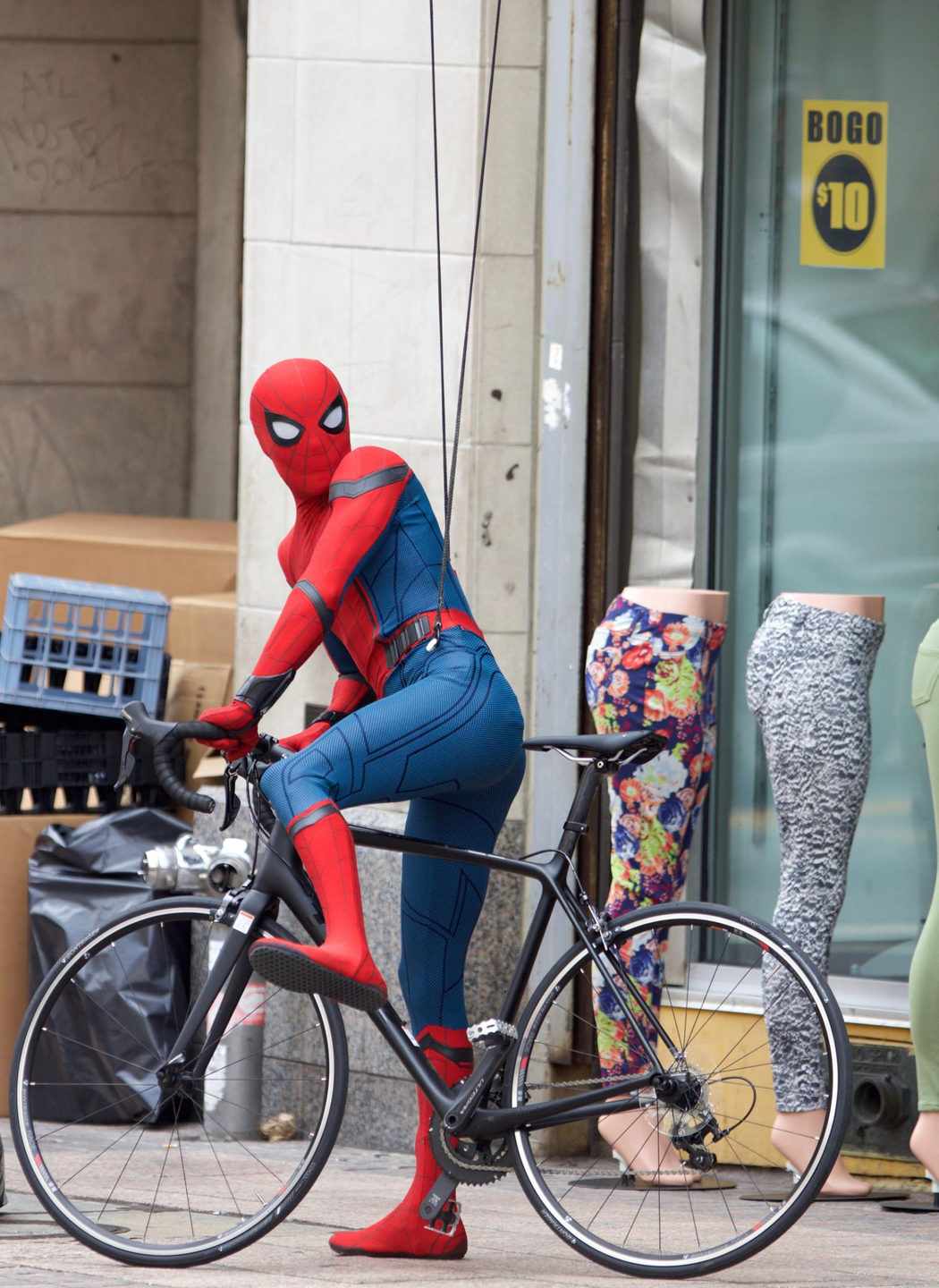 Tom Holland se sube a la bicicleta