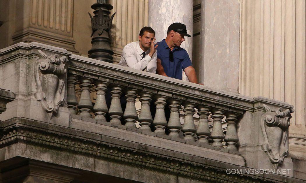 Jamie Dornan saluda desde el balcón de la Ópera Garnier
