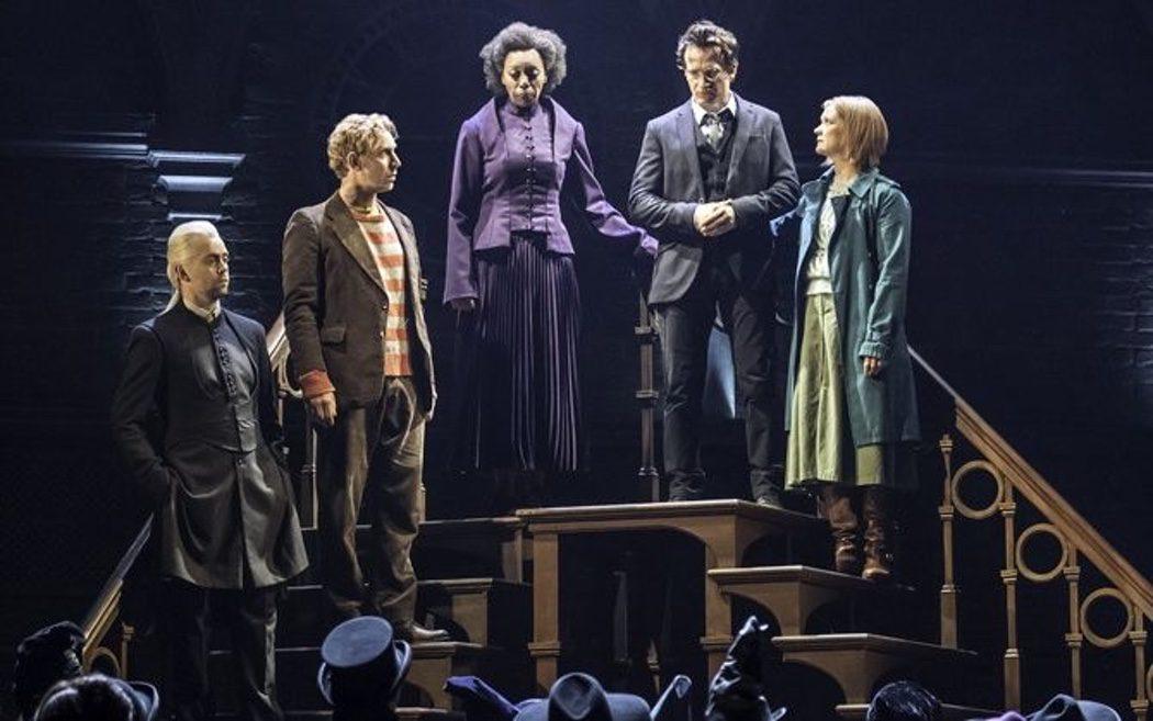 Harry, Ron, Hermione, Gini y Draco hablan ante los magos